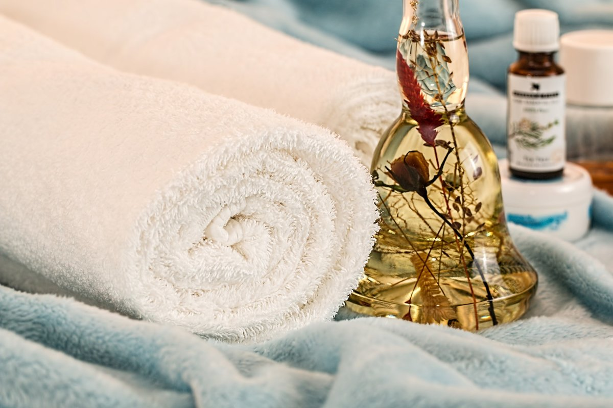 Soft towels with perfume and essencial oils before a massage for a relaxing afternoon